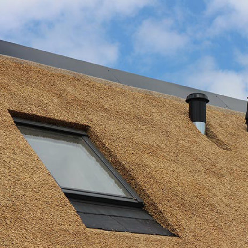 Referentie Rietdekkersbedrijf Molenaar: detail rieten dak woonhuis Vlijmen