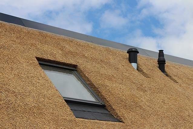 Rietdekkersbedrijf Molenaar te Geffen, Noord Brabant: offerte en informatie, rieten dak met aluminium nok woonhuis Vlijmen