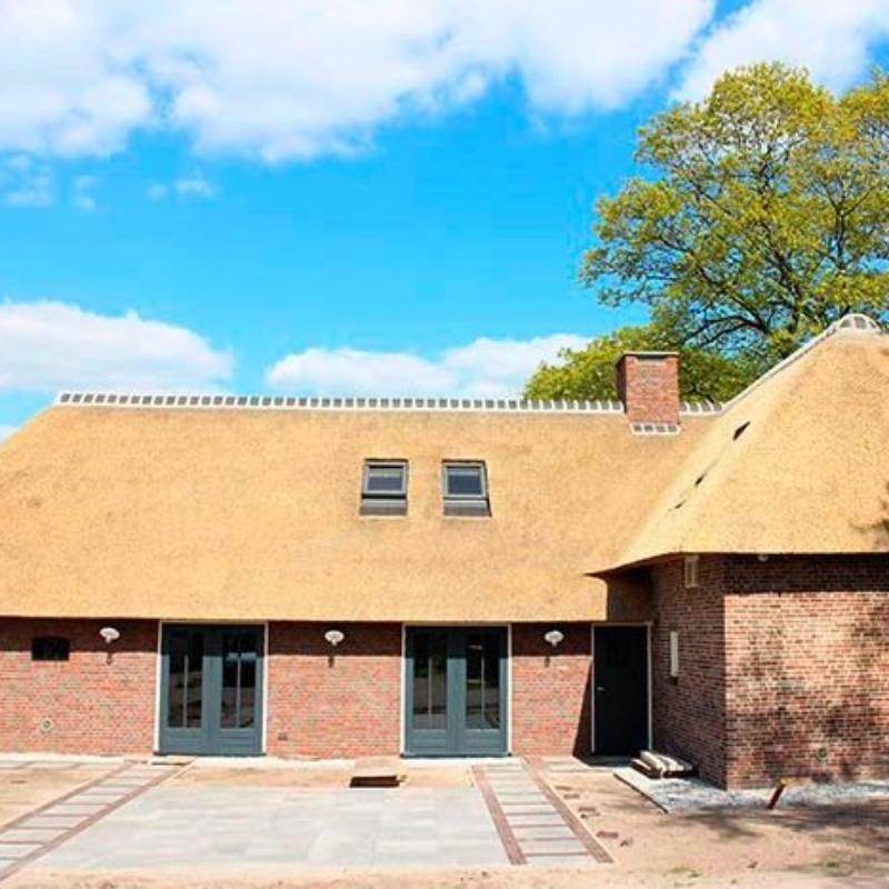 Referentie Rietdekkersbedrijf Molenaar: rieten dak woonboerderij Vinkel