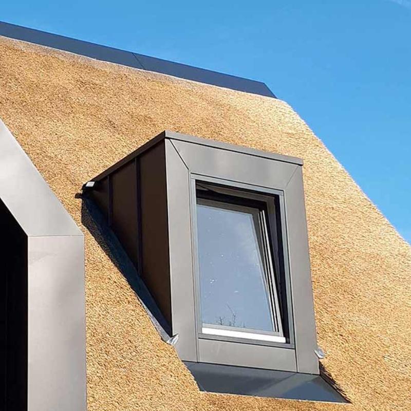 Referentie Rietdekkersbedrijf Molenaar: detail rieten dak woonhuis Geffen
