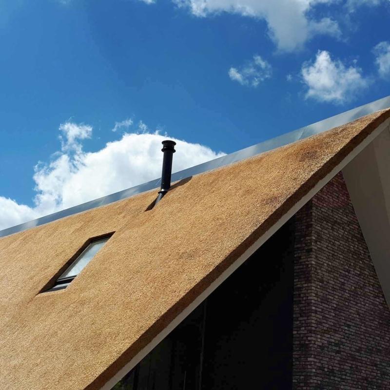 Referentie Rietdekkersbedrijf Molenaar: detail rieten dak woonhuis Demen